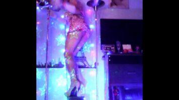 Imbracata in luminite danseaza in fata webcamului