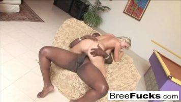 Negru cu pula foarte mare de zici ca este de cal fute la o femeie