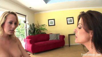 Frecus la pasarica intre doua lesbience ce se masturbeaza in oglinda