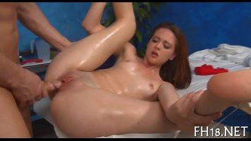Intinsa pe o masa de masaj se aseaza peste ea sa fie penetrata in fund