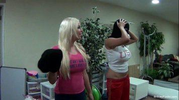 Doua femei mature care isi doresc sa joace in filme pentru adulti se deghizeaza - Britney Amber, Missy Martinez