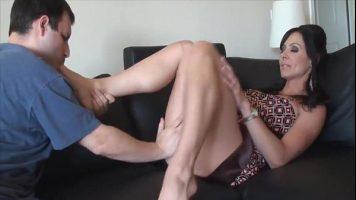 Masaj erotic facut unei tarfe mature care il pune pe un barbat sa ii linga talpile - Kendra Lust