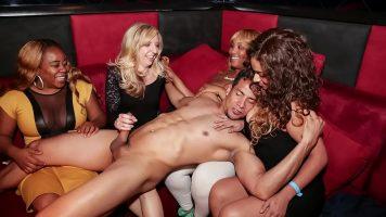 Orgie sexuala cu femei frumoase foarte flexibile care ar face orice pentru un