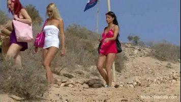 Au iesit la plaja aceste femei frumoase si de cat este de frumos afara acestea isi dau