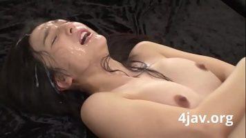 Film deochiat cu o japoneza slabuta cu sanii mici care ii place sa suga pula