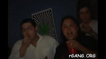 Intr-un club de noapte se face sex foarte intens cu finalizare pe fata fetelor care