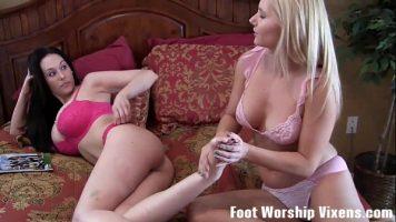 Lesbience care au fetishuri care implica lingerea degetelor de la picioare si