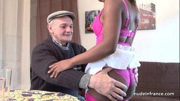 Barbat foarte batran care ii place sa faca sex cu fetele tinere de culoare si isi