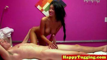 Asiatica experta in masaj care il excita pe client cu atingerile ei si se dezbraca
