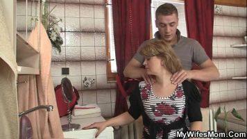 Face sex cu o femeie matura care este mama iubitei lui ce ii face avansuri chiar de