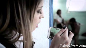 Isi filmeaza sora cum se fute cu prietenul ei fara sa ii deranjeze deoarece doreste sa