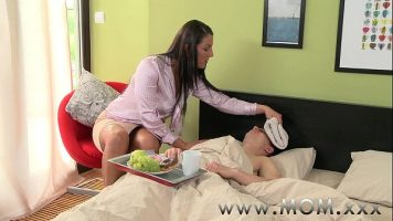 Are temperatura si sta intins la pat pana cand vine sora lui si incepe sa il atinga pentru