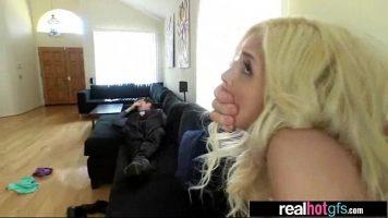 Trebuie sa tina mana la gura cand este fututa pe la spate aceasta tanara blonda deoarece