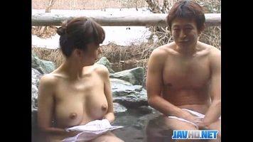 Tarfa asiatica cu sanii mici care face baie intr-un jacuzzy natural